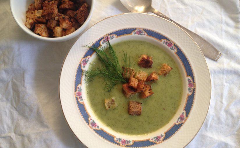 Leichte Zucchini Sommersuppe mit Crouton Knusper