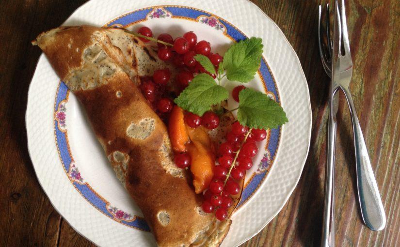 Zitronen-Mohn-Sesam Pfannkuchen mit Aprikosenkompott und Johannisbeeren