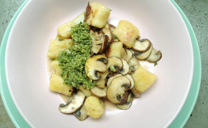 Kartoffelgnocchi mit Champignons und Pesto