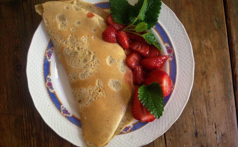 Erdbeeren die Zweite: Dinkel-Mais-Pfannkuchen mit Erdbeerfüllung